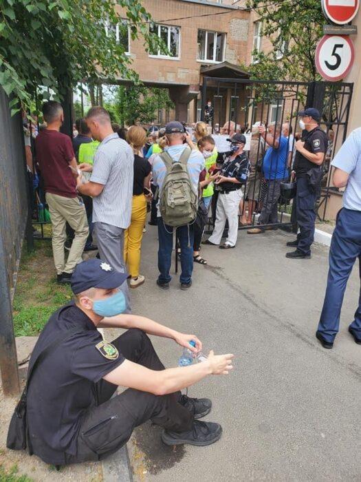 Двух полицейских забрали в больницу после столкновений у диспансера в Харькове