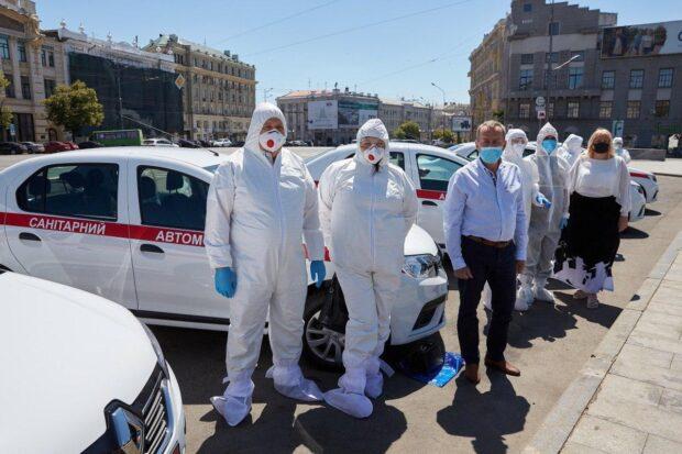 Харьковским врачам передали в работу новые санитарные автомобили