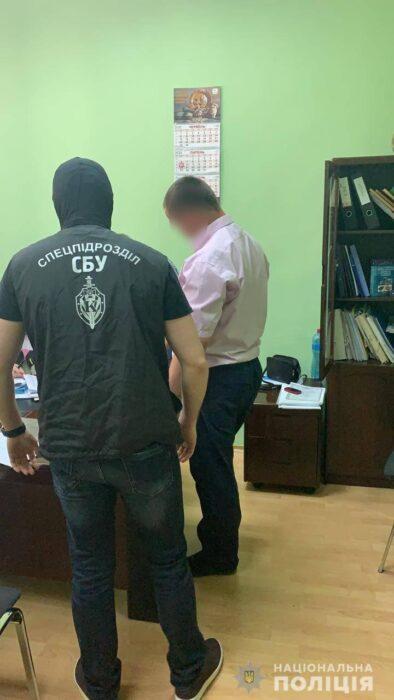 Харьковский чиновник потребовал от подчиненной 300 тысяч гривен за сохранение её должности