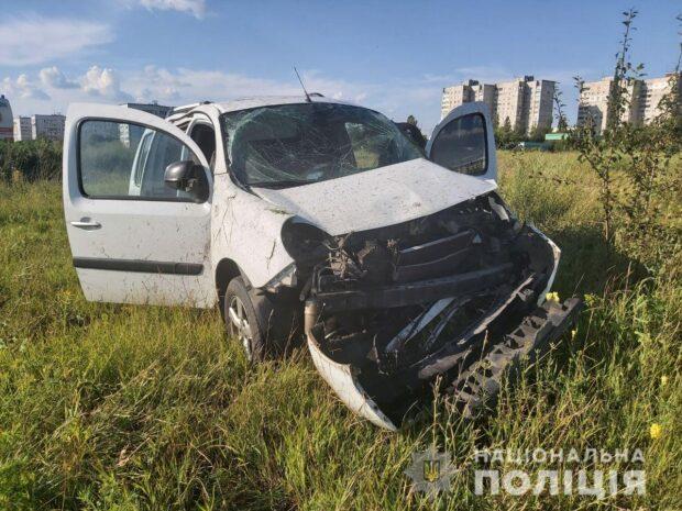 В Харькове автомобиль вылетел с дороги: водитель в больнице
