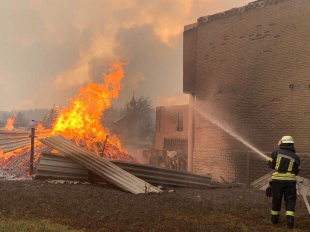 К ликвидации лесных пожаров на Луганщине привлекли 78 спасателей и 15 единиц техники Харьковского гарнизона