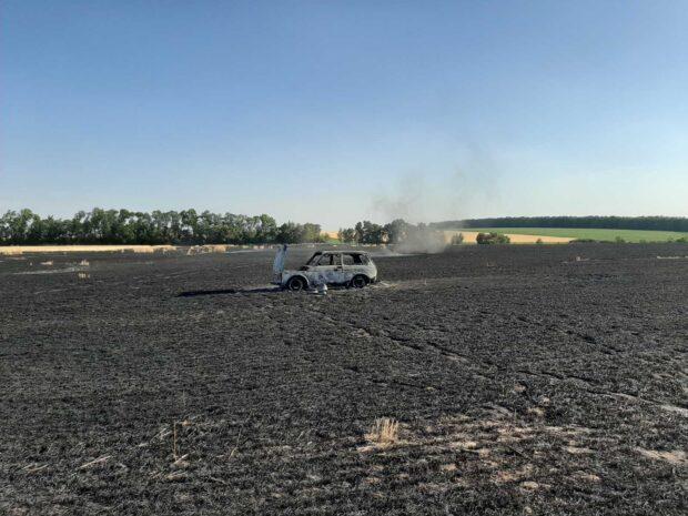 од Харьковом посреди пшеничного поля сгорел автомобиль