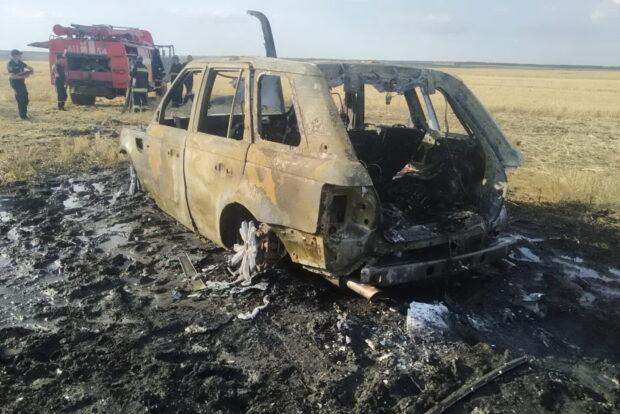 Под Харьковом посреди пшеничного поля загорелся Range Rover Discovery