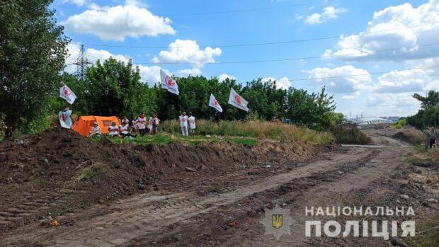 """Неизвестные снесли палатку, установленную противниками дороги через """"Барабашово"""""""