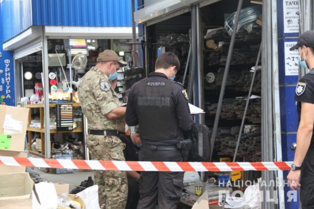 Полицейские задержали мужчину, который бросил макет гранаты в киоск на Салтовке