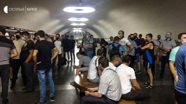 В Харькове машинисты метро собрались на платформе: требуют погасить долг по зарплате