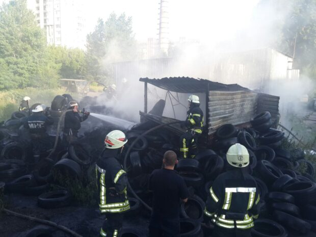 В Харькове горела куча старой автомобильной резины