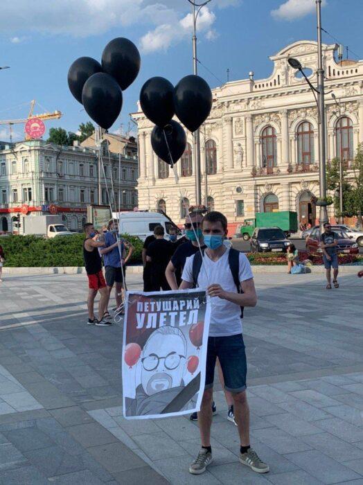 На площади Конституции забросали яйцами сторонников партии Шария