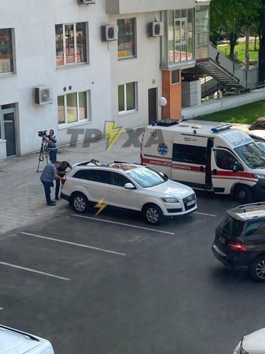В Харькове из окна на припаркованный автомобиль выпал мужчина