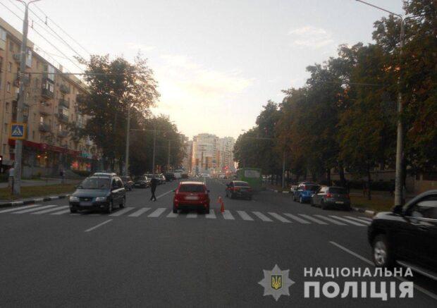 В Харькове женщина на пешеходном переходе сбила мужчину