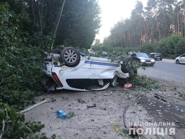 В Харькове девушка не справилась с управлением, выехала на обочину и перевернулась