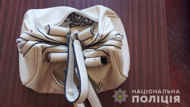 Под Харьковом мужчина в церкви украл у женщины сумку
