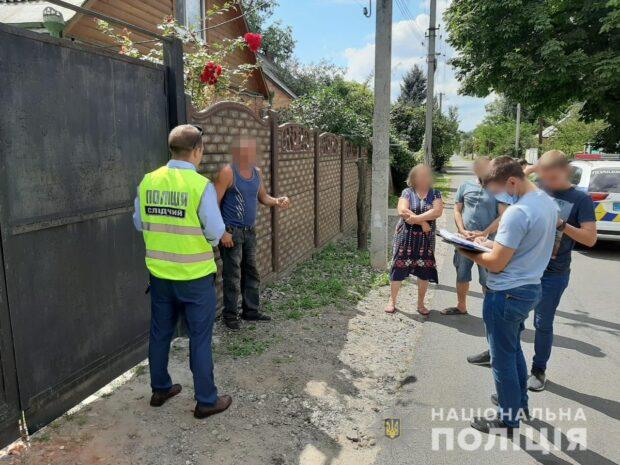 Под Харьковом рецидивист в электричке сорвал с шеи мужчины золотую цепочку