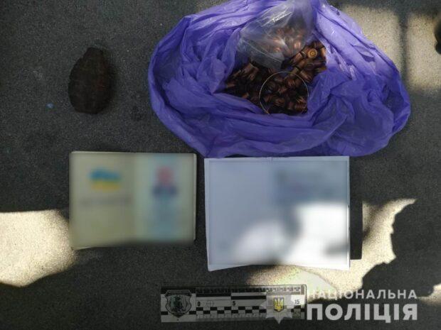 Во дворе на Салтовки нашли корпус ручной гранаты, патроны и документы пожилого мужчины