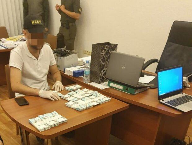 В Харькове задержали на взятке директора департамента ОГА