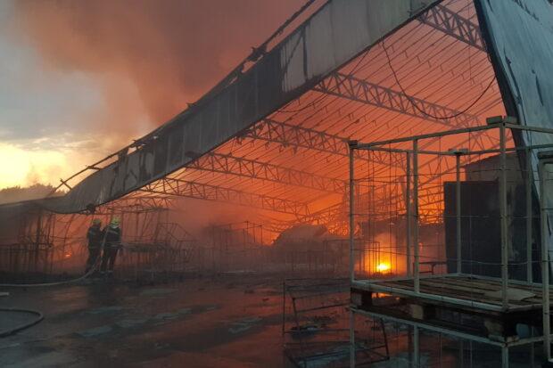 Пожарные всю ночь тушили масштабный пожар на предприятии под Харьковом