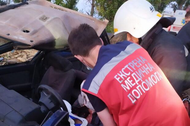 На трассе под Харьковом несколько раз перевернулся автомобиль: водителя доставали спасатели