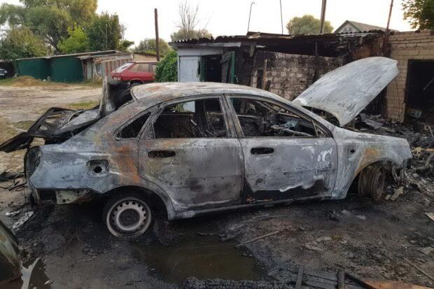 Под Харьковом сгорел автомобиль и шесть рядомстоящих сараев