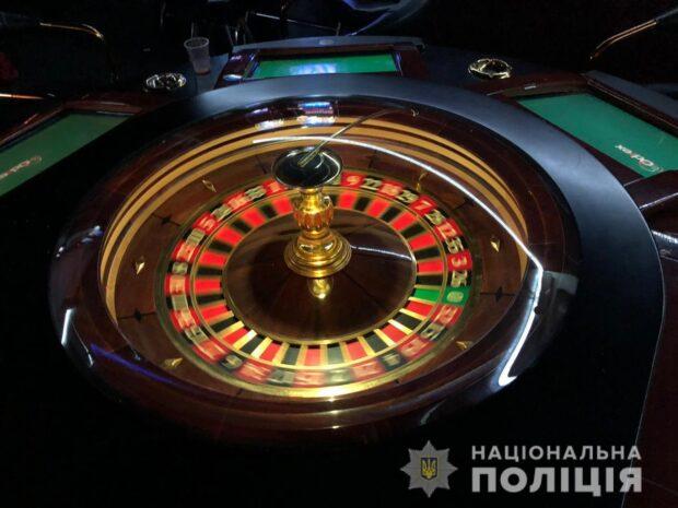 На Салтовке мужчина пожаловался на работу игорного заведения: полиция изъяла 14 игровых автоматов и рулетку