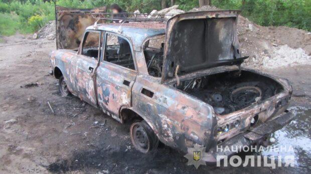 В Харькове четверо молодых людей хотели угнать автомобиль, но потом испугались и сожгли машину