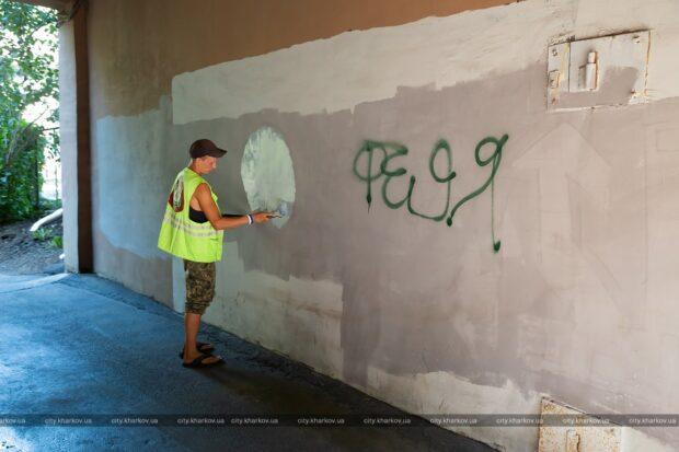 В Харькове коммунальщики закрашивают рекламу наркотиков на зданиях
