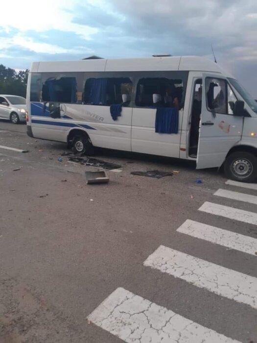 На трассе под Харьковом расстреляли микроавтобус