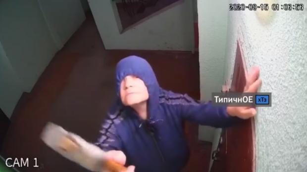 В Харькове пенсионерка разбивает молотком камеры видеонаблюдения в подъезде, так как считает, что за ней следит ФСБ