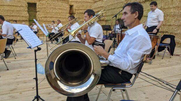 В скошенном поле на Харьковщине играл оркестр