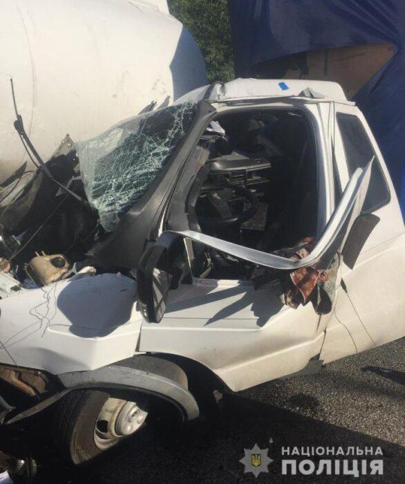 Под Харьковом водитель не справился с управлением и протаранил грузовик, который стоял на обочине