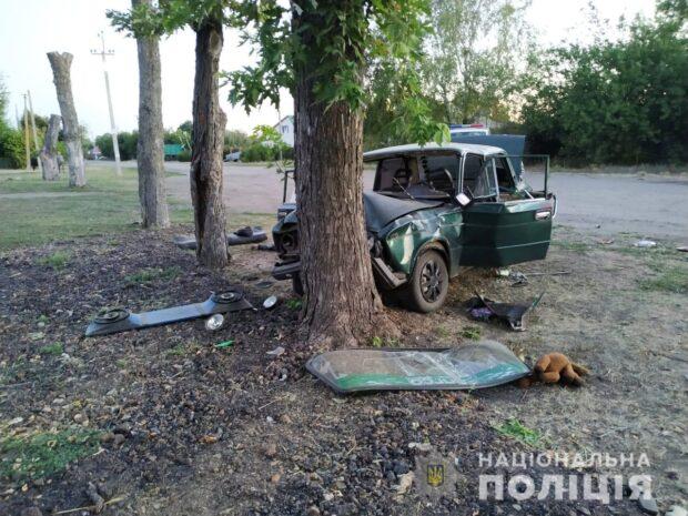 Под Харьковом водитель врезался в дерево: погиб пассажир