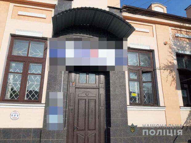 Под Харьковом две несовершеннолетние девочки сорвали флаг Украины с отделения банка