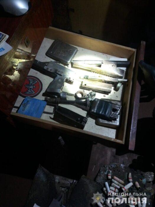 Под Харьковом у мужчина дома нашли наркотики, самодельное оружие и боеприпасы