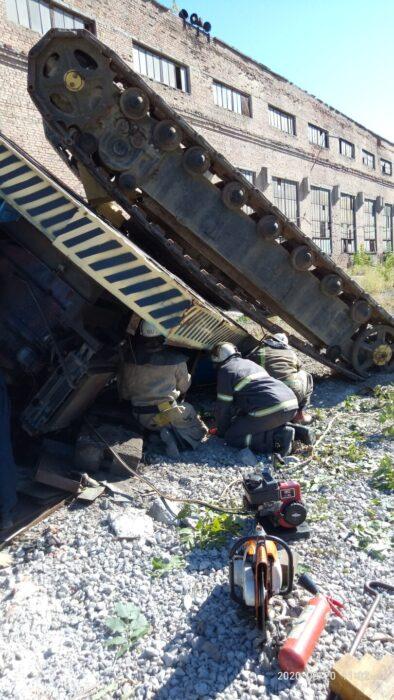 В Харькове перевернулся кран: мужчину зажало между конструкциями кабины