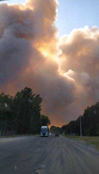 В Двуречанском районе горит хвойный лес: огонь перекинулся на жилые дома
