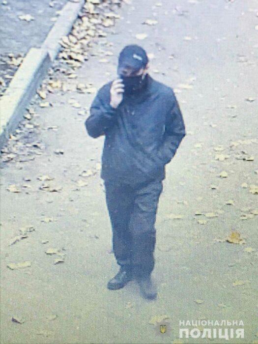 В Харькове мужчина за два часа угрожая пистолетом ограбил кредит-кафе и аптеку