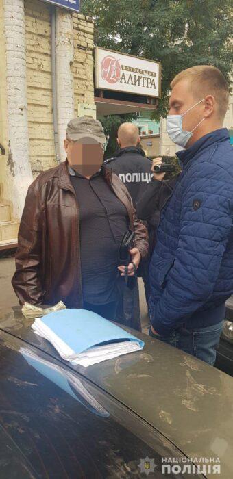 В Харькове мужчина представился работником банка и забрал 10 тысяч долларов