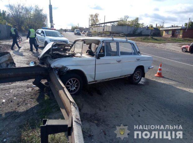 Под Харьковом водитель не справился с управлением в въехал в отбойник