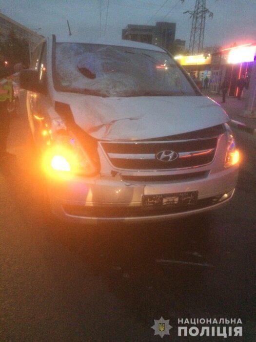 В Харькове мужчину от удара одним автомобилем, выбросило под колеса другого
