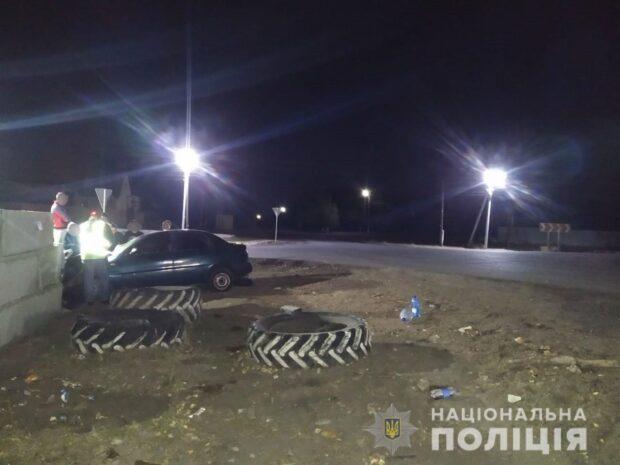 Под Харьковом водитель не справился с управлением и въехал в бетонный забор