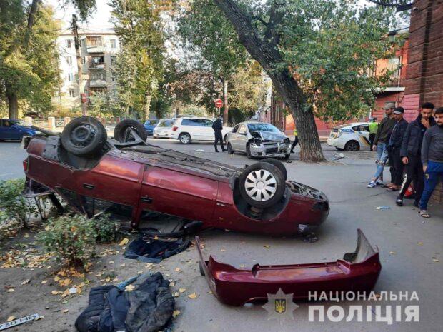 В центре Харькова столкнулись два автомобиля: пострадали три человека