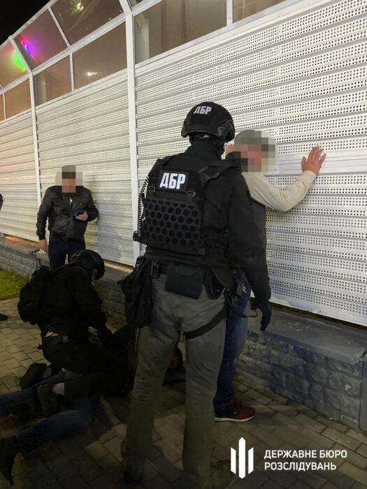 Взятка за возвращение автомобиля и предоставление информации об угонщиках: в Харькове задержали работника СБУ (видео)