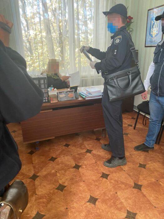 Под Харьковом на взятке задержали председателя сельсовета, которая требовала деньги за невмешательство в незаконную добычу песка