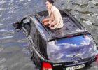 В центре Харькова женщина на внедорожнике упала в реку