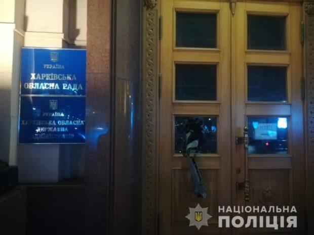 В Харькове парень разбил стекло на двери облгосадминистрации, чтобы привлечь внимание депутатов (видео)