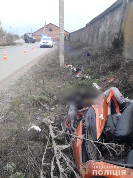 Под Харьковом водитель скутера врезался в столб: мужчина погиб на месте