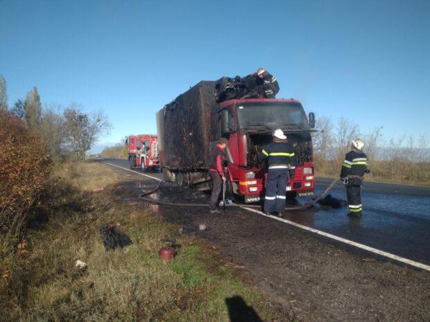 Под Харьковом во время движения загорелся грузовик, который перевозил 13 тонн замороженный рыбы