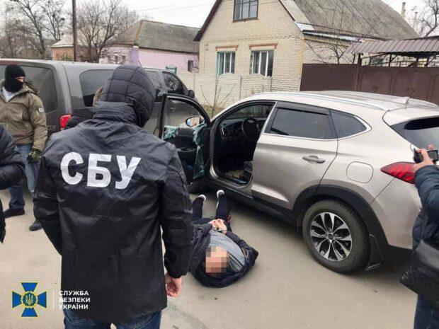 На Харьковщине задержали преступную группу, которая давала в долг деньги, а потом выбивали проценты