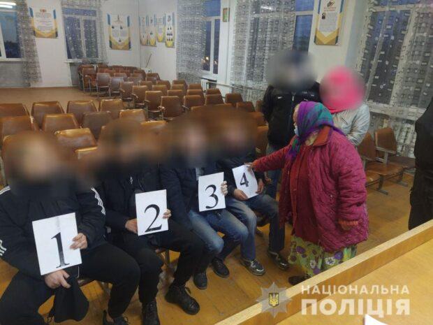В Харьковской области мужчина ограбил пенсионерку, заперся в ее квартире и угрожал полицейским ножом