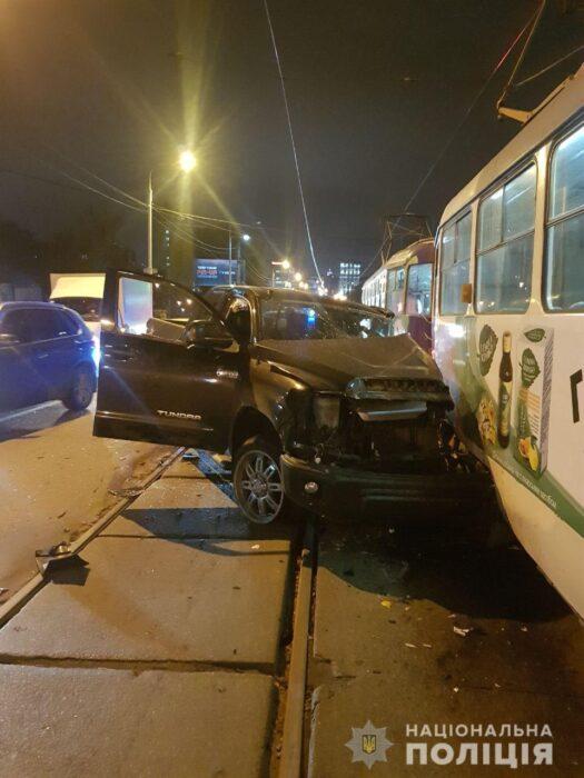 В Харькове нетрезвый водитель столкнулся с автомобилем и трамваем