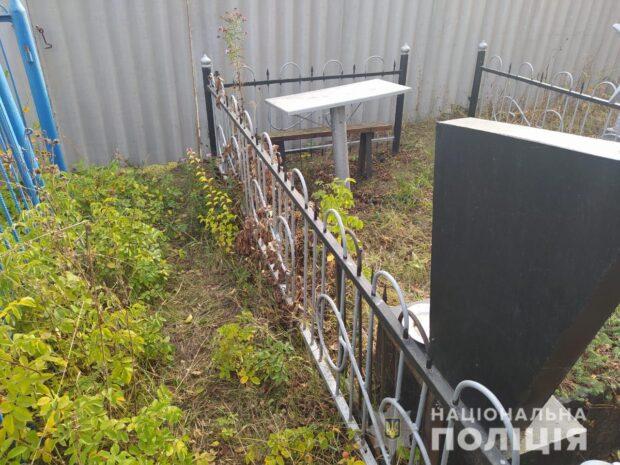 На Харьковщине полицейские задержали мужчину за надругательство над могилами